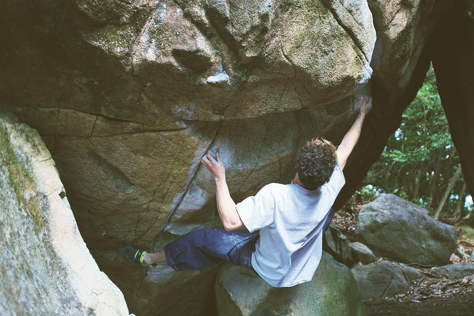 自然の岩場でボルダリング!